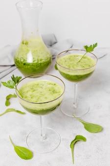 Glazen gezonde smoothies met salade