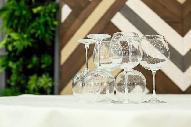 Glazen glazen met drankjes staan op een tafel