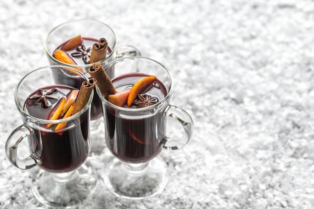 Glazen glühwein in sneeuw