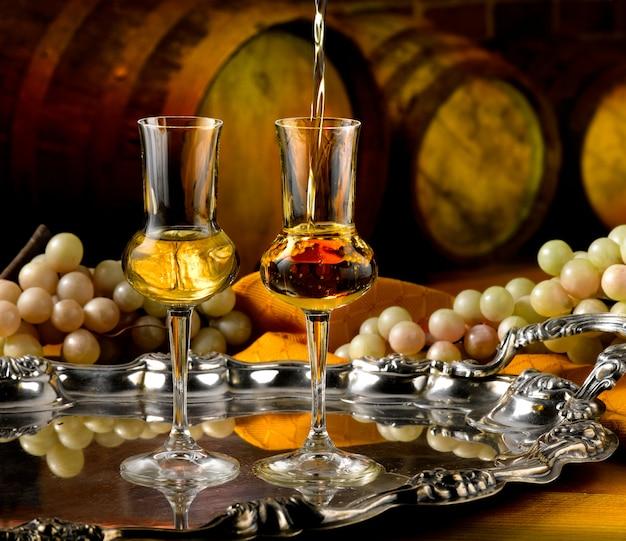Glazen grappa in een wijnkelder