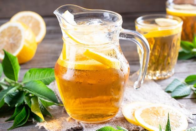 Glazen kan koude limonade op houten tafel