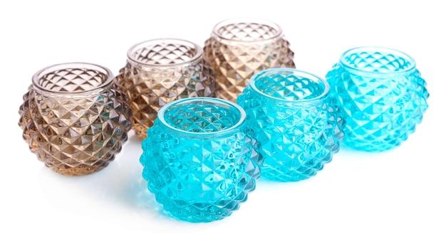 Glazen kandelaars geïsoleerd op wit