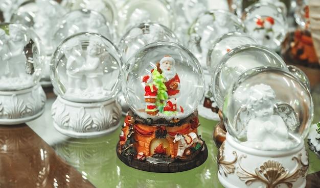 Glazen kerstspeelgoed, souvenirs sneeuwballen