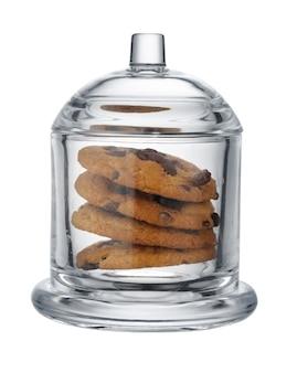 Glazen koektrommel met chocoladeschilferkoekjes binnen geïsoleerd op wit