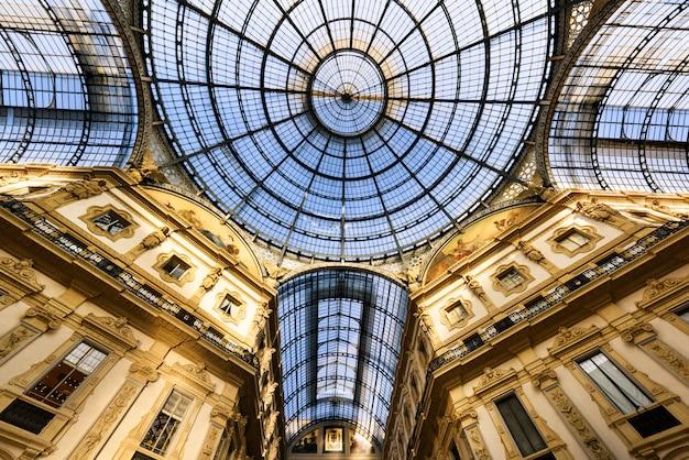 Glazen koepel van galleria vittorio emanuele in milaan, italië
