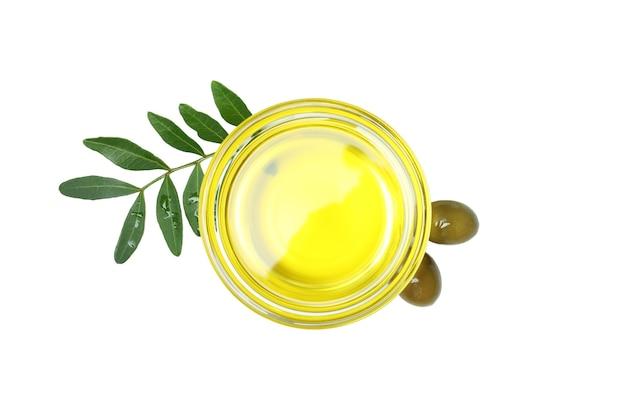 Glazen kom met olijfolie geïsoleerd op een witte ondergrond