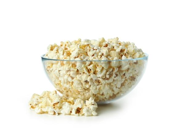Glazen kom met popcorn geïsoleerd op een witte achtergrond.