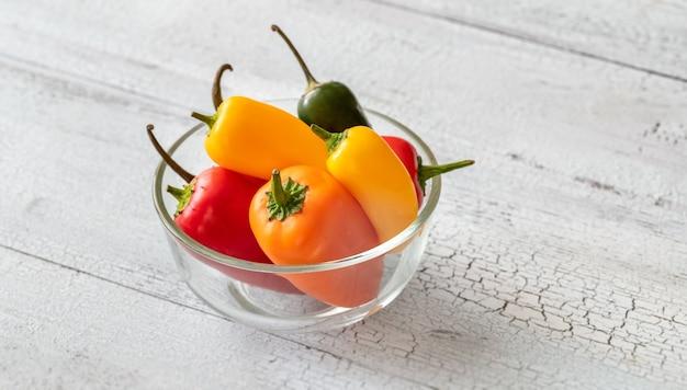 Glazen kom met verse mini paprika's