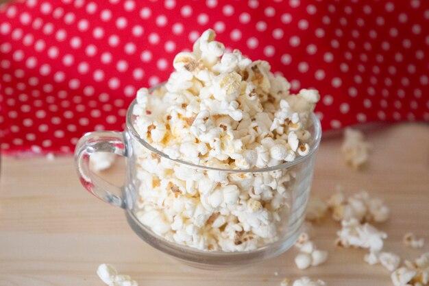 Glazen kom vol popcorn