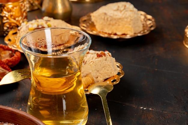 Glazen kopje tes en turkse desserts op tafel close-up