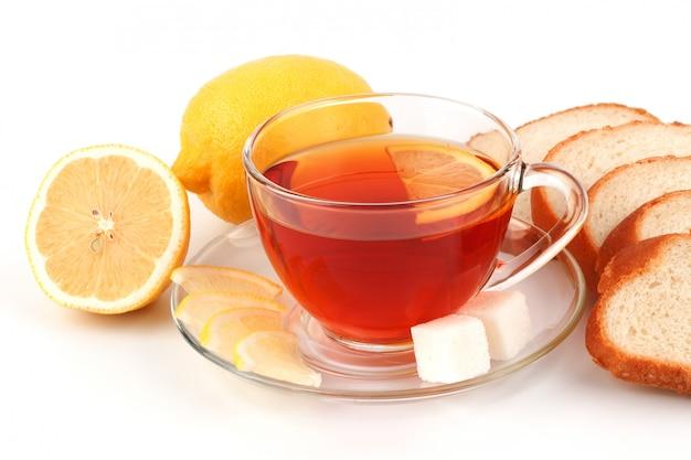 Glazen kopje thee met gesneden brood