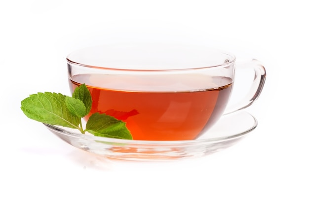 Glazen kopje zwarte thee. geïsoleerd op witte achtergrond