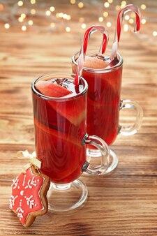 Glazen kopjes heerlijke kerst glühwein op houten achtergrond close-up
