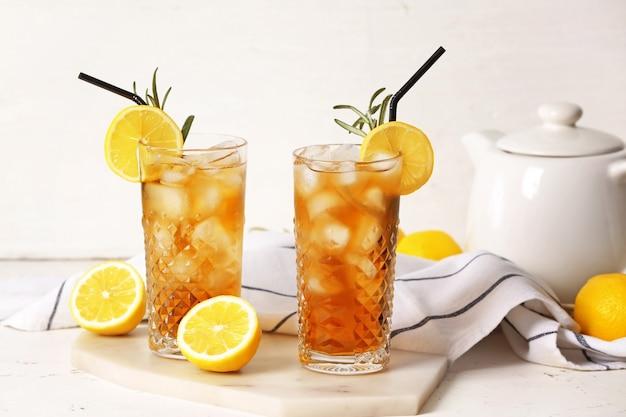 Glazen koude zwarte thee met citroen