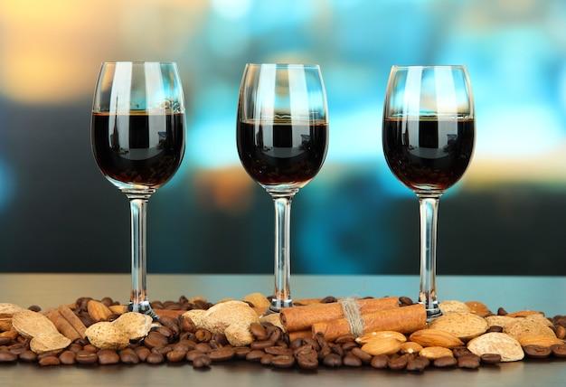 Glazen likeuren met amandelen en koffiebonen