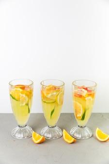 Glazen limonade bovenaanzicht