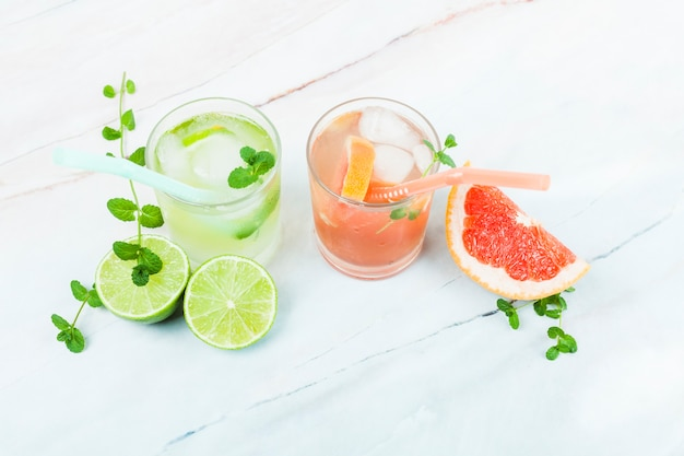 Glazen limonade met gesneden fruit