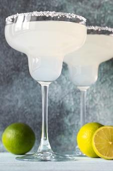 Glazen margarita-cocktail gegarneerd met zoute rand