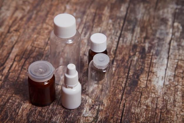 Glazen medische flessen op houten achtergrond. auteursrechtruimte voor site of logo