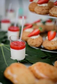Glazen met aardbeien panna cotta