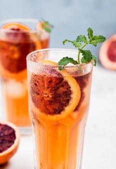 Glazen met aromatische fruit ijsthee