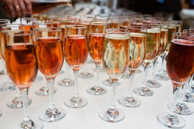 Glazen met champagne en cocktails.