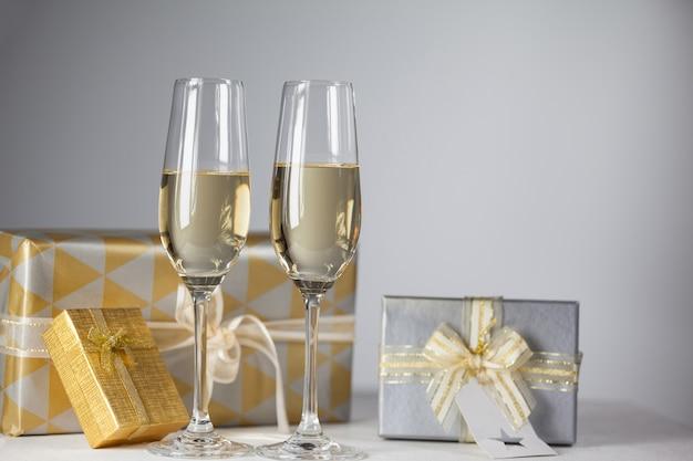 Glazen met champagne en geschenken achtergrond