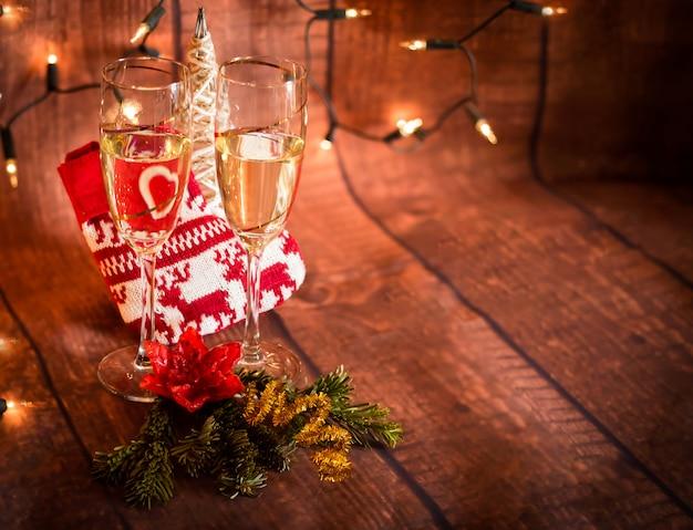 Glazen met champagne en kerstmis decoratieachtergrond met te schrijven ruimte