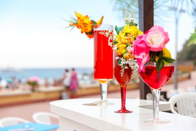 Glazen met cocktails in het resort
