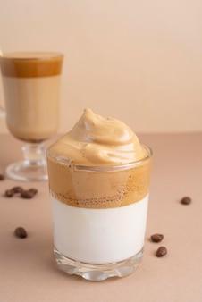 Glazen met dalgona-koffie