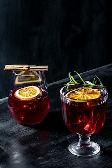Glazen met fruitige dranken op bureau