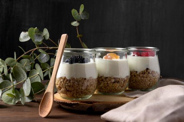 Glazen met granen en yougurt met fruit