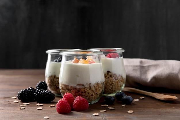 Glazen met granen en yougurt op bureau
