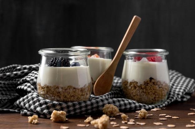 Glazen met granen en yougurt op tafel