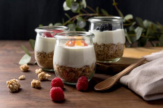 Glazen met granen en yougurt