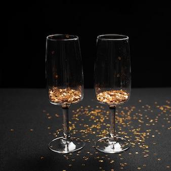 Glazen met heldere lovertjes op tafel