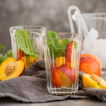Glazen met ijsthee met munt en perzik