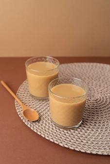 Glazen met koffie op tafel