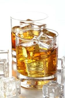 Glazen met koude whisky