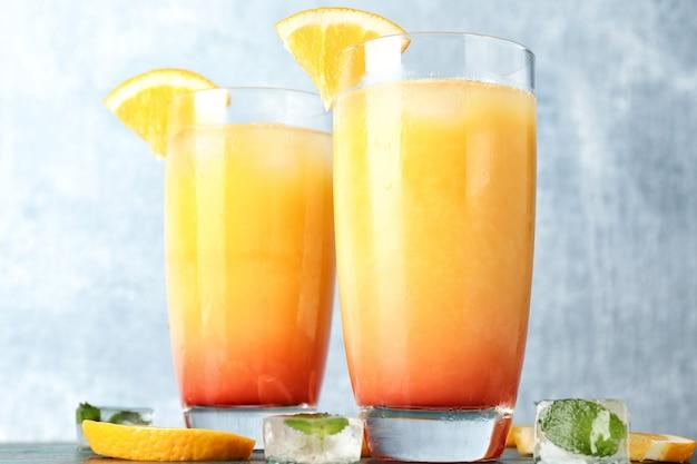 Glazen met lekkere exotische cocktail op tafel