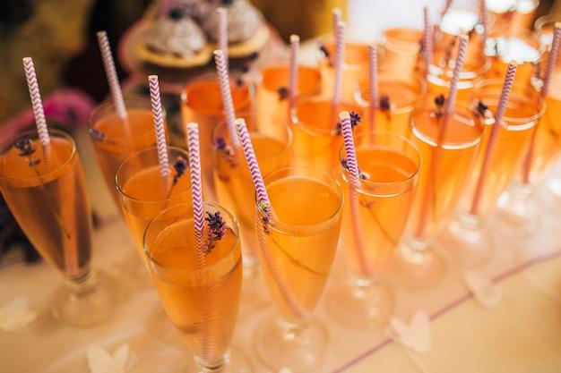 Glazen met limonade en lavendel