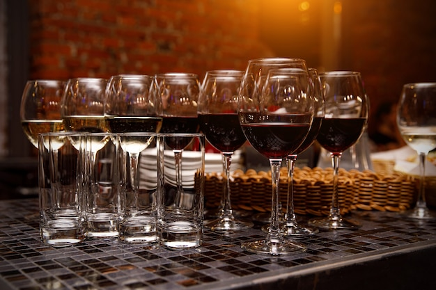 Glazen met rode wijn. evenementen catering.