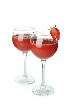 Glazen met rossini-cocktail die op witte achtergrond wordt geïsoleerd