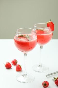 Glazen met rossini-cocktail op witte tafel