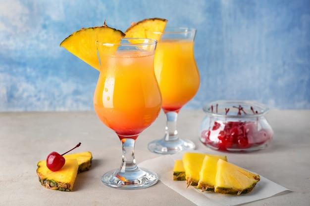 Glazen met smakelijke exotische cocktail op tafel