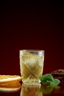 Glazen met sterke alcoholische dranken met ijs en munt
