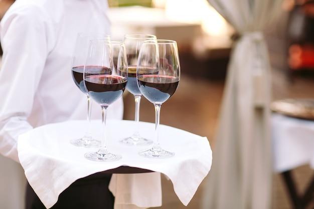 Glazen met wijn op een dienblad. ontmoeting met gasten.