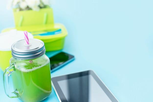 Glazen mok met een tube met verse smoothies.