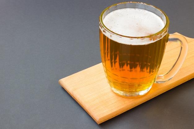 Glazen mokken bier op een zwarte