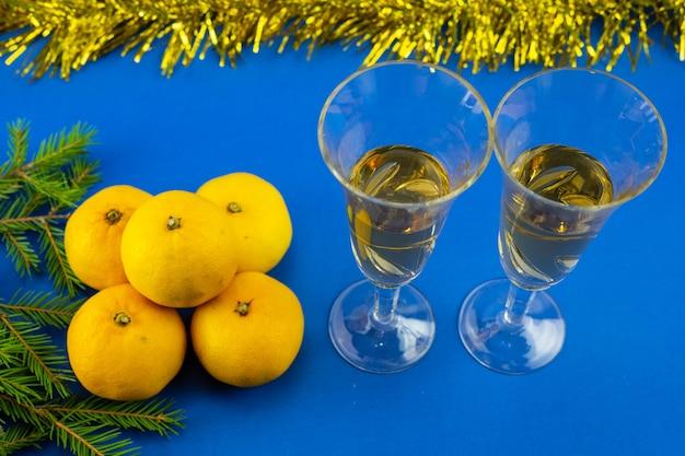 Glazen mousserende wijn close-up bovenaanzicht. kerst en nieuwjaar decoratie.